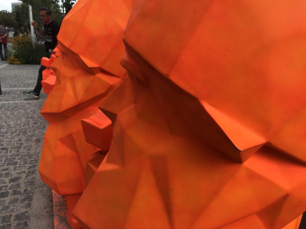 Die Gartenzwerge in Neon-Orange tauchen immer wieder im Gelände auf und sind ein beliebtes Fotomotiv.