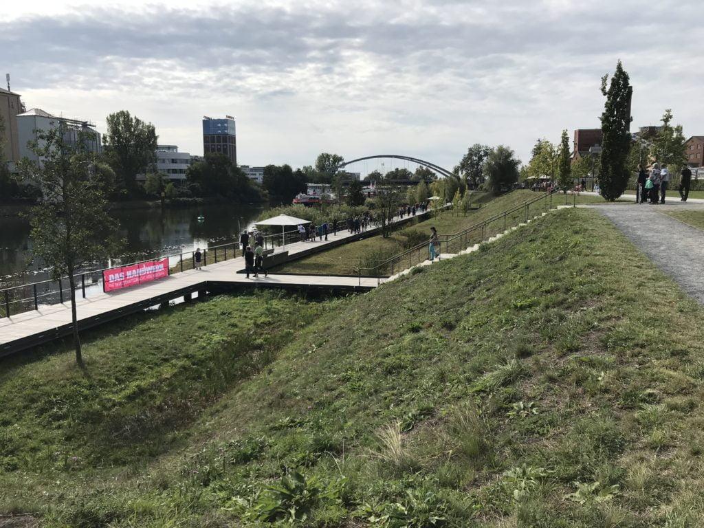 Der Steg über dem Wasser des Neckar lädt dazu ein, die Arme hinter dem Rücken zu verschränken und den Versuch zu wagen, intelligente Dinge zu sagen.
